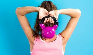 Τρεις ασκήσεις που μπορείς να κάνεις με 1 βαράκι μέσα σε 10 λεπτά!