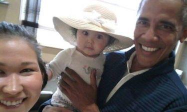 Ο Μπαράκ Ομπάμα ξέρει πώς να γοητεύει: Η σέλφι με ένα μωρό που ενθουσίασε το διαδίκτυο