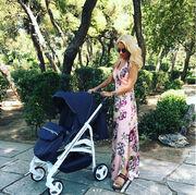 Η Ελένη Μενεγάκη ποζάρει με το καρότσι του μωρού στο instagram