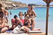 Η Ντορέττα κάνει μασάζ στην μαμά της στην παραλία