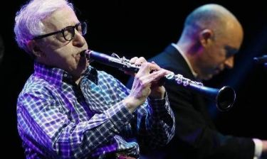 Woody Allen: Η εμφάνιση με την ορχήστρα του και η είσοδος των… γυμνόστηθων γυναικών