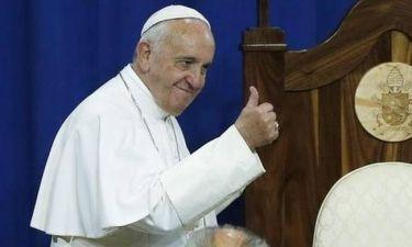 Ο Πάπας... τρολάρει τους γκρινιάρηδες: Η ταμπέλα που κρέμασε έξω από το διαμέρισμά του (pic)