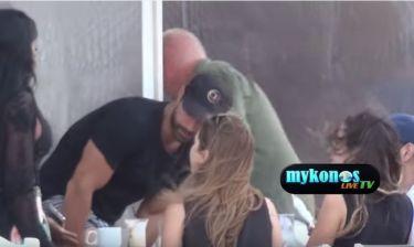Ο Σάκης Τανιμανίδης πίνει καφεδάκι με την αδελφή του, Κασσιανή, στην Μύκονο