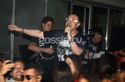 Ανέβηκε στο… μπαρ και τραγούδησε ο Πάνος Καλίδης