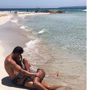 Ερωτικές στιγμές στην παραλία για πασίγνωστο ποδοσφαιριστή