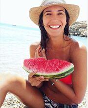 Η Ελένη Βαΐτσου απολαμβάνει το καρπούζι της στην παραλία