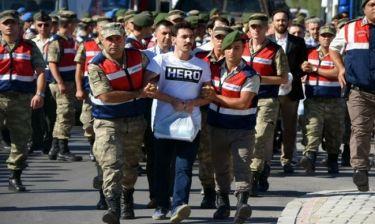 Γιατί στην Τουρκία συλλαμβάνονται όσοι φορούν μπλουζάκι με τη λέξη «ήρωας»;
