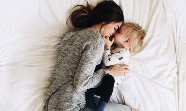 Το να ξαπλώνεις με τα παιδιά σου μαζί στο κρεβάτι δεν είναι μια κακή συνήθεια, είναι αγάπη!