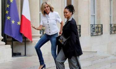 Σάλος στην Γαλλία με την επιλογή της Μακρόν να φορέσει… τζιν
