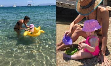 Η Σίσσυ Φειδά απολαμβάνει τα μπάνια με την κόρη της