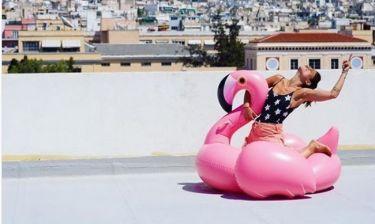 Έλεος! Και η Συνατσάκη με ροζ φλαμίνγκο στην… ταράτσα!