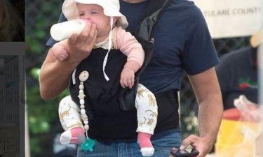 Λιώσαμε με την πρώτη τους οικογενειακή βόλτα - Ο μπαμπάς ταΐζει την τεσσάρων μηνών μπέμπα