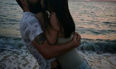 Το καυτό φιλί στο ηλιοβασίλεμα για ερωτευμένο ζευγάρι της ελληνικής σόουμπιζ! (Φωτό)