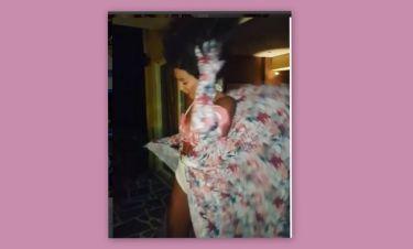 Φύσα Αγέρα! Της πήρε και το φόρεμα αλλά και τα μαλλιά της...Στικούδη!