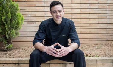 Δείτε τον νικητή του Master Chef να ποζάρει στην παραλία μόνο με το μαγιό του