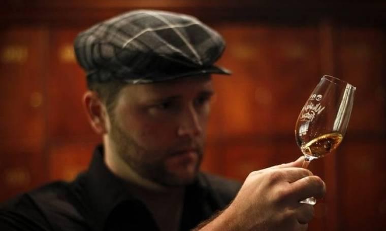 Επιβεβαιώθηκε και επιστημονικά: Το ουίσκι έχει καλύτερη γεύση όταν είναι αραιωμένο με λίγο νερό