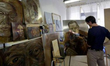«Παίζοντας με τη φωτιά»: Ο Τσέχος καλλιτέχνης που δημιουργεί πορτρέτα με τη φλόγα (pics)