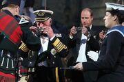 Σπάνια εμφάνιση: O Πρίγκιπας Κάρολος με τον γιο του William πίνουν ουίσκι σε γιορτή