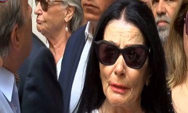 Κηδεία Λάσκαρη: Συντετριμμένη η Ζωζώ: «Θα ήθελα να ήταν σε μια γωνιά και να μας έκανε πλάκα»