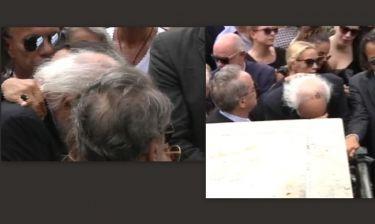 Κηδεία Λάσκαρη: Ράκος ο Αλέξανδρος Λυκουρέζος! Λύγισε την ώρα της κηδείας