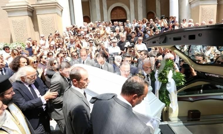 Κηδεία Λάσκαρη: Ο χαμός έξω από την εκκλησία και η τσιριχτή φωνή: «Εξαφανίσου είπα»