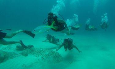 Στο βυθό της Τζαμάικα - Ο Άκης Πετρετζίκης πίσω από ένα ψάρι