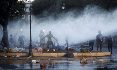 Ρώμη: Χρήση αντλιών νερού για εκκένωση κεντρικής πλατείας από πρόσφυγες και μετανάστες
