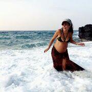 Δαλιάνη: Παιχνίδια στη θάλασσα στον έκτο μήνα της εγκυμοσύνης της και το σχόλιο της Κορινθίου