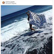 Ποζάρει στα κύματα και το απολαμβάνει