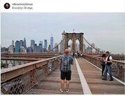 Ποζάρει στην γέφυρα του Brooklyn