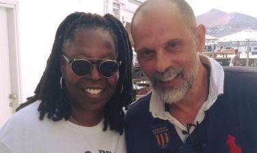 Η συνάντηση της Γούπι Γκόλντμπεργκ με τον Τζώνυ Θεοδωρίδη στην Πάρο