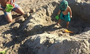 Φτιάχνει κάστρο με τον γιο του στην άμμο