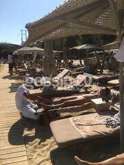 «Τσακώσαμε» γνωστή τραγουδίστρια να κάνει μασάζ σε παραλία της Μυκόνου
