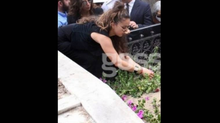 Οι ολονυχτίες της Ζένιας Μπονάτσου στον τάφο της γιαγιάς της… και το κόστος (Nassos blog)