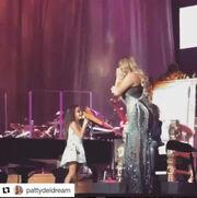 Η Mariah Carey τραγουδά με την κόρη της
