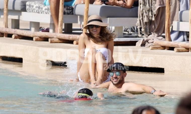 Καλομοίρα: Family by the pool