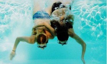 Αγκαλιασμένες μέσα στο νερό