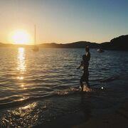 Η Κάτια Ζυγούλη φωτογράφισε τον Σάκη Ρουβά με τον Αλέξανδρο να παίζουν στην παραλία!