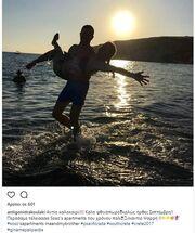 Η Αντιγόνη Δρακουλάκη στην παραλία με τον αδελφό της