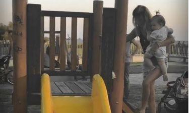 Νατάσα Σκαφιδά: Παιχνίδια με την κόρη της στην παιδική χαρά