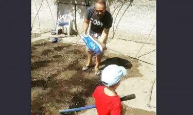Ο Γρηγόρης Γκουντάρας σκάβει το μποστάνι του με βοηθούς τους γιους του