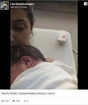 Ποζάρει με το νεογέννητο μωρό της μέσα από το μαιευτήριο