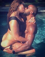 Τι πάθος! Φιλιούνται, αγκαλιάζονται στην πισίνα...