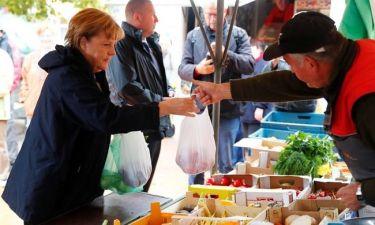 Η Άνγκελα Μέρκελ αγοράζει φρούτα στη λαϊκή (pics)