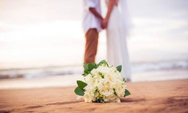 Γνωστό ζευγάρι παντρεύτηκε στην Αντίπαρο - Με καΐκι έφτασε η παρουσιάστρια