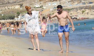 Χειμωνέτος: Η κόρη του κάνει… κούνια μπέλα στην παραλία