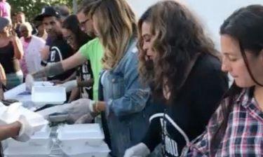 Η Beyonce μοιράζει φαγητό στους πληγέντες από τον τυφώνα στο Τέξας