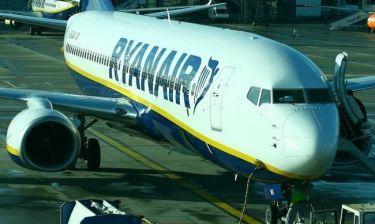 Η Ryanair αλλάζει πολιτική για τις χειραποσκευές
