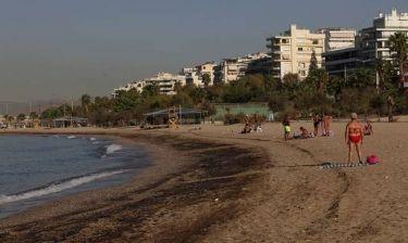 Πετρελαιοκηλίδα: Το υπουργείο Υγείας απαγορεύει την κολύμβηση σε αυτές τις παραλίες της Αττικής