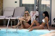 Τα κορίτσια χαλαρώνουν δίπλα στην πισίνα